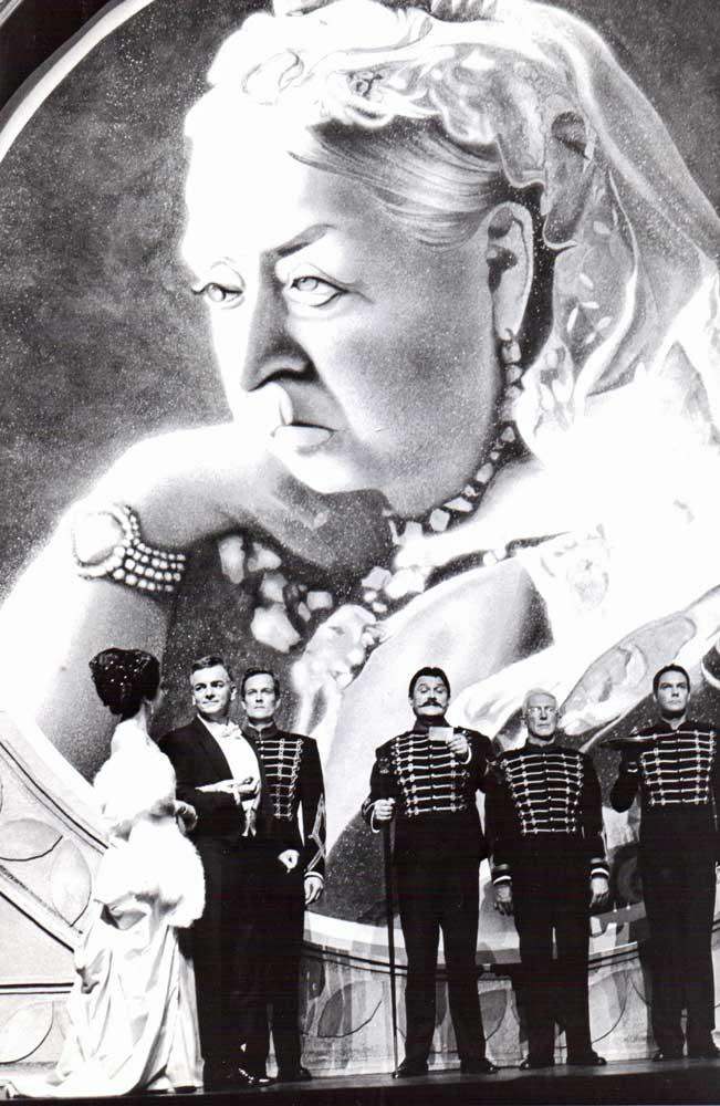 Queen Victoria als Bühnenvorhang für My Fair Lady in Kiel