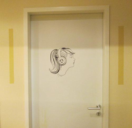 Mädchenkopf auf Zimmertür