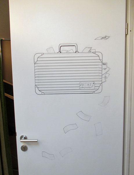 Koffer auf Zimmertür