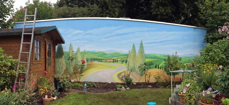 Toscanalandschaft an Gartenwand im Entstehungsprozess