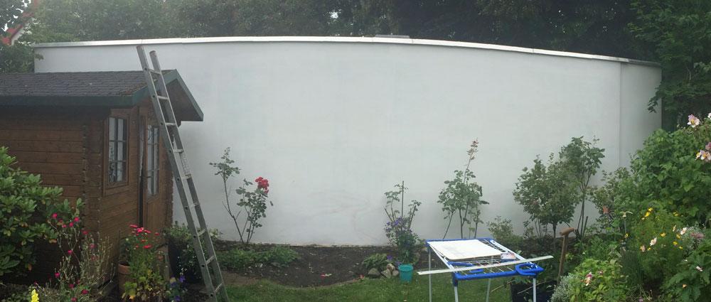 Weiß grundierte Gartenwand