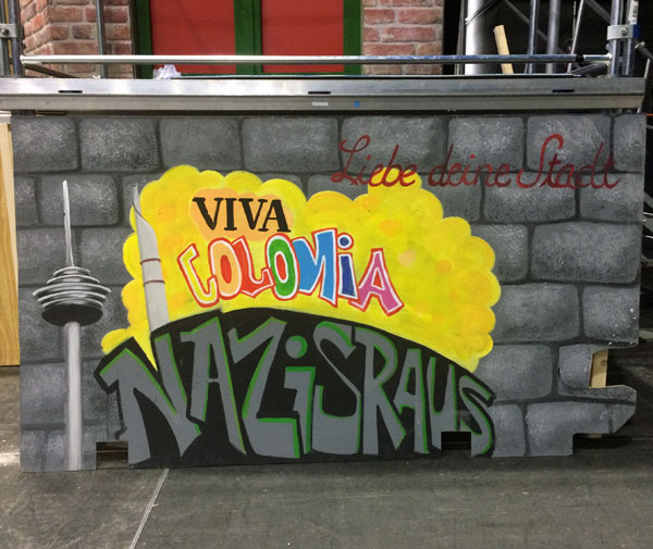 Schriftzug von Nina Horstmeier auf der Bühne des Scalatheater Köln